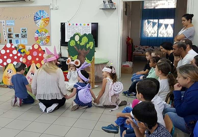 ילדי גן מכמורת באשדוד מעלים את ההצגה