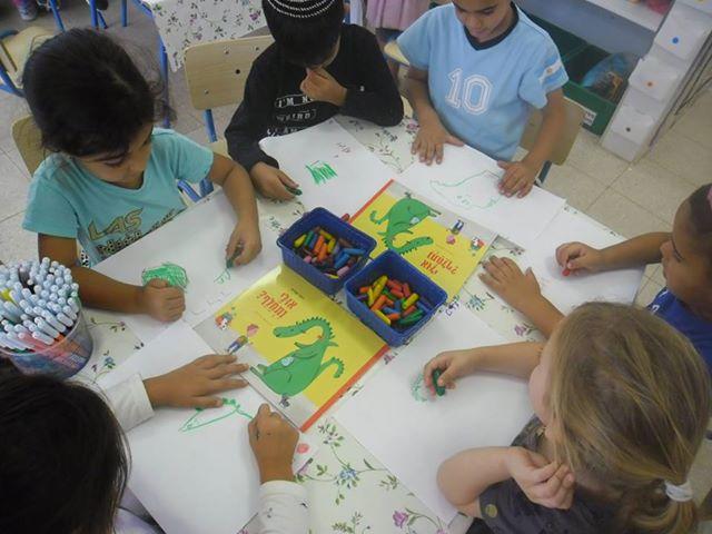 ילדי גן הסירה תורני באשקלון בפעילות קבוצתית - כל ילד אייר את הכריכה.