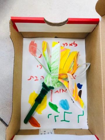 בגן שני בראש העין הילדים הכינו מתנות בקופסאות