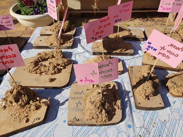 בגן נרקיס בקיבוץ רעים הכינו הילדים מתנות מקוריות מבוצנייר בעקבות