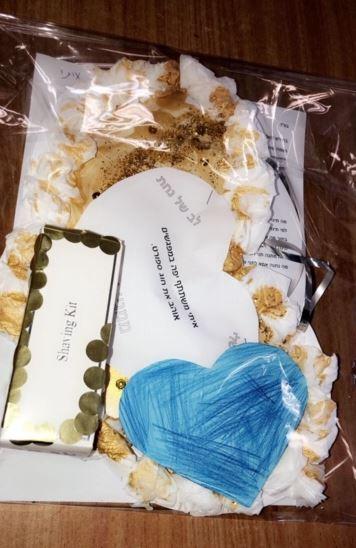 הילדים הכינו לאימא לב של נחת ובו כתבנו את המעשים הטובים של הילדים