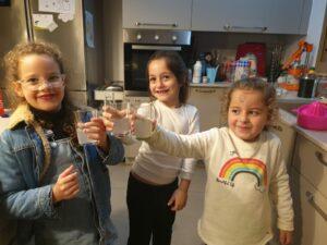 גן כרמל בפרדסיה קרא את הספר לימונדה והילדים הכינו לימונדה קרה בבית, סול, שיר ואלה נהנות מלימונדה קרה!